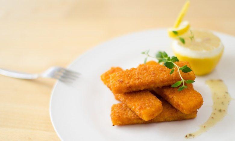 Receta saludable: dedos de bacalao con chutney de cebolla morada