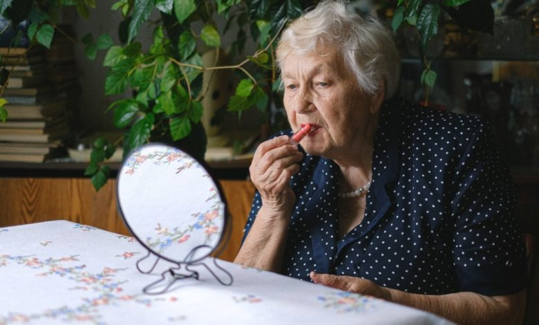 Mujeres de 50 años o más prefieren maquillaje de origen natural